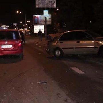 В Киеве Mercedes влетел в две машины во время оформления ДТП