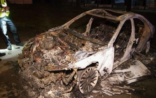 В Киеве сгорел Mercedes, водитель которого пытался скрыться от полиции