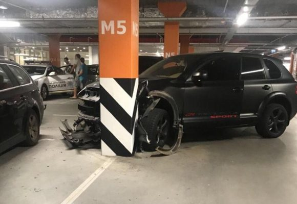Футболист ФК «Олимпик» устроил аварию на парковке