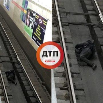В Киеве мужчина заснул между рельсами в метро