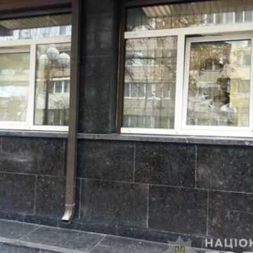 В Киеве здание ГПУ забросали камнями