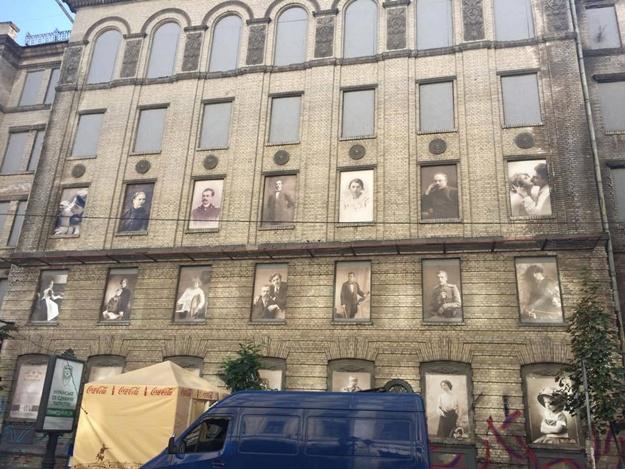 «Наследники киевских князей»: в Киеве вандалы испортили уникальные ретрофото на заброшенном здании