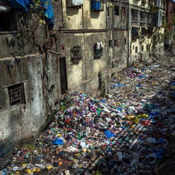 Найди виновных: киевляне возмущаются горой мусора в центре столицы