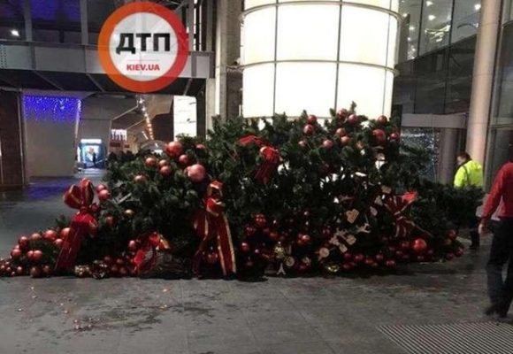 Фотофакт: в аэропорту «Борисполь» рухнула новогодняя елка