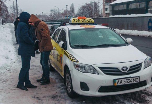 Под покровом ночи: в Киеве полковник СБУ, угрожая оружием, угнал автомобиль такси