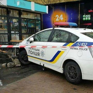 В центре Киева патрульный автомобиль сбил человека и влетел в кафе