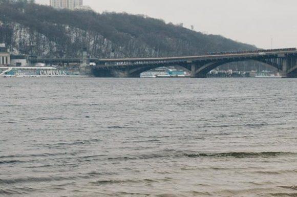 В Киеве из Днепра вытащили труп женщины