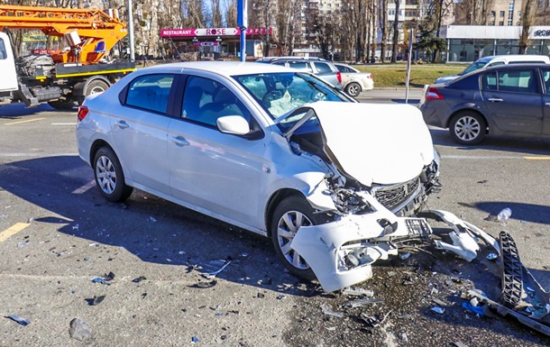 В Киеве столкнулись два такси: трое пострадавших