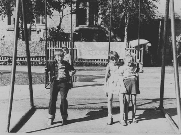 Куда уходит детство: на Позняках демонтируют незаконные качели