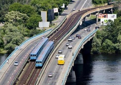 В Киеве водолазы спасли женщину, которая спрыгнула с моста Метро