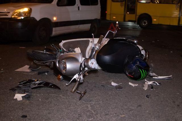 В Киеве иномарка снесла под колеса мопед с подростком: детали аварии