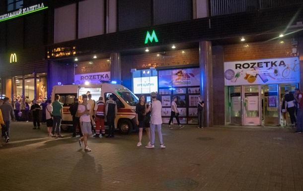 В метро Киева парня ударили ножом